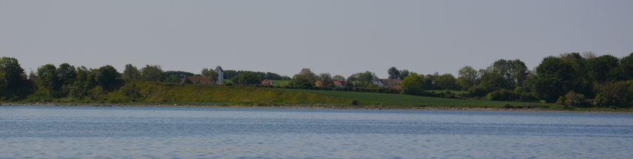 Ansicht von Avernakø By mit Avernakø Kirke